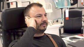 Dorosły mężczyzna z brodą używa telefonu komórkowego smartphone zbiory wideo