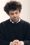 Dorosły mężczyzna z kędzierzawym włosy zdjęcia stock