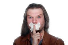 Dorosły mężczyzna z młotkującym usta trzyma palec przy usta, cal fotografia royalty free