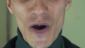 Dorosły mężczyzna z szczecina śpiewa piosenkę w frontowej kamerze otwarte usta białe zęby śmiech zbiory wideo