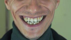 Dorosły mężczyzna z szczecina śpiewa piosenkę w frontowej kamerze otwarte usta białe zęby uśmiech zdjęcie wideo