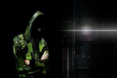 Dorosły online anonimowy interneta hacker z niewidzialną twarzą wewnątrz Fotografia Stock