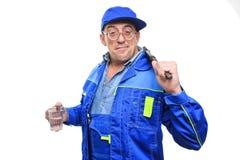 Dorosły pijący mechanik pracuje z szkłem alkohol obraz royalty free