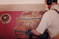 Dorosły pracownik usuwa wyburza ścianę obrazy royalty free
