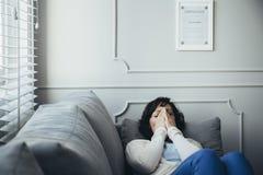 Dorosły psychoterapeuta jest zmęczony z jej okropną pracą obraz stock