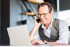 Dorosły radosny mężczyzna ma komunikację na wiszącej ozdobie Zdjęcia Stock