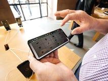 Dorosły starszy mężczyzna używa opóźnionego iphone Xs z garażu zespołu app fotografia royalty free