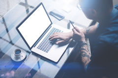 Dorosły tatuował biznesmena pracuje na mobilnym komputerze przy pogodnym biurem Biznesmen pisać na maszynie na notatnik klawiatur obraz stock