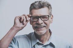 Dorosły Uśmiechnięty mężczyzna z szkłami obrazy royalty free