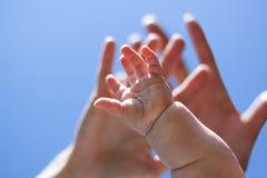 dorosłych babys błękit przodu ręki niebo Fotografia Stock