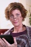 Dorosłej kobiety czytanie z szalikiem Obraz Royalty Free