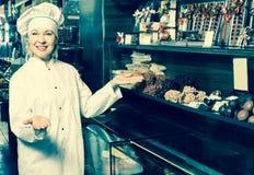 Dorosłej kobiety sprzedawania czekolady Fotografia Stock