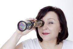 Dorosła kobieta patrzeje w kalejdoskop Fotografia Stock