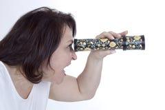 Dorosła kobieta patrzeje w kalejdoskop Obrazy Royalty Free