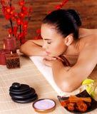 Dorosła kobieta relaksuje w zdroju salonie Zdjęcia Stock