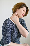 Dorosła kobieta z szyja bólem Zdjęcie Royalty Free