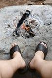 Dorosły nogi przy otwartym ogniskiem Obrazy Royalty Free