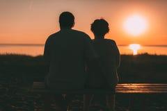 Dorosły pary obejmowanie przy zmierzchem i morzem Zdjęcie Stock