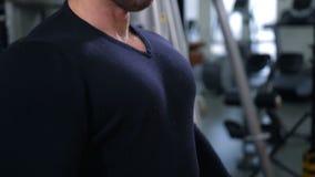 Dorosli bodybuilder cedzenia klatki piersiowej mięśnie i ono uśmiecha się 4K Zwalniają Mo zdjęcie wideo