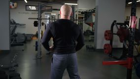 Dorosli bodybuilder przedstawień mięśnie na kamerze 4K Zwalniają Mo zbiory wideo