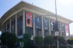 Dorothy Chandler Pavilion no LA abaixo da cidade fotos de stock royalty free