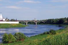 Dorozhny-Brücke durch die Wolga nahe dem Uspensky-Kloster in der Stadt von Staritsa Tver Region Stockbild