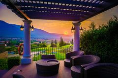 Dorp, Berg en zonsondergang/zonsopgang, Thailand Stock Foto's