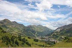Dorp in bergen, Europa, het reizen Stock Afbeeldingen