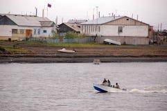 Dorp bij Kolyma-het binnenland Rusland van de rivierkust Stock Foto's