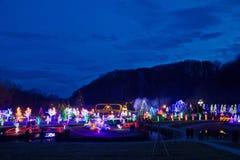 Dorp in blauwe het uurmening van Kerstmislichten royalty-vrije stock fotografie