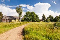 Dorp in centraal Rusland in zonnige de zomerdag Stock Foto's