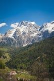Dorp in de vallei, Dolomietbergen, Italië Stock Afbeeldingen