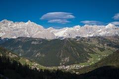 Dorp in de vallei, Dolomietbergen, Italië Stock Foto