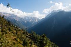 Dorp in de vallei in himalayan bergen stock foto's
