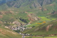 Dorp in de vallei in Qinghai, China royalty-vrije stock foto