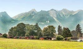 Dorp in de Zwitserse Alpen Stock Foto's