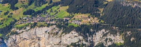 Dorp in de Zwitserse Alpen: Panorama Royalty-vrije Stock Afbeelding