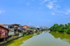 Dorp dichtbij rivier met duidelijke blauwe hemel bij chantaboondorp in chantaburi, Thailand Stock Afbeeldingen