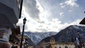 Dorp door bergen stock afbeelding