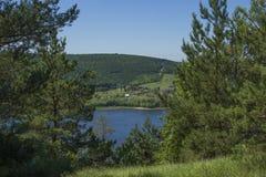 dorp door de rivier Stock Foto's