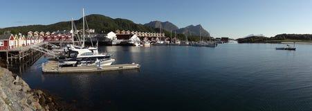 Dorp door het overzees in Noorwegen Stock Foto