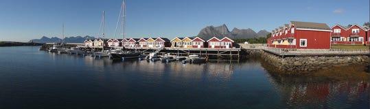 Dorp door het overzees in Noorwegen Stock Fotografie