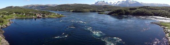 Dorp door het overzees in Noorwegen Stock Foto's