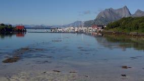 Dorp door het overzees in Noorwegen Stock Afbeeldingen