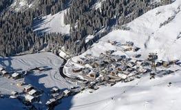 Dorp in een vallei in Alpen Stock Afbeelding