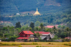 Dorp en gouden stupa in Luang Nam Tha, Laos Royalty-vrije Stock Afbeeldingen