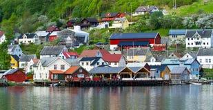 Dorp en Overzees in Geiranger-fjord, Noorwegen Stock Foto's