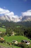 Dorp in het Dolomiet stock foto
