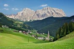 Dorp in het Dolomiet, Italië stock fotografie