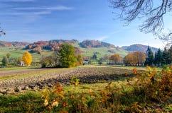 Dorp in Kaczawskie-berg in Sudety tijdens de herfst, Polen Stock Afbeelding